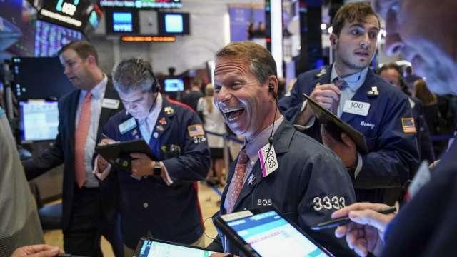 〈美股盤後〉逢低搶買科技股 道瓊漲逾 300 點 那指創 2 週來最大漲幅 (圖片:AFP)