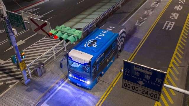5G 智慧公車於臺北市信義路公車專用道夜間測試。(圖台灣智慧駕駛提供)