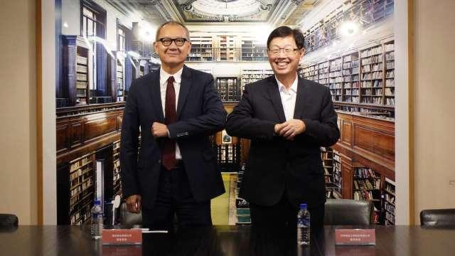 鴻海董事長劉揚偉(右)與國巨董事長陳泰銘擊肘合影。(圖:鴻海提供)