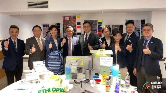 遠東新紡織營運總部總經理胡正隆(左4),率領遠東新經營團隊出席紡織展前記者會。(鉅亨網記者彭昱文攝)