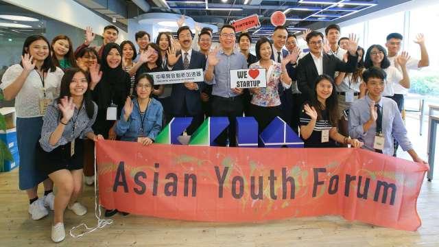 亞洲青年論壇學生參觀中華開發創新加速器。(圖:開發金控提供)