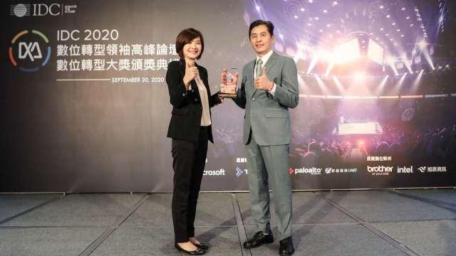IDC台灣總經理江芳韻(左)頒發「數位轉型大獎」予玉山金控領獎代表張智星(右)。(圖:玉山銀行提供)