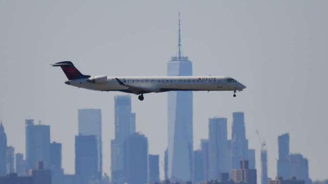 等不到進一步資金援助 美國兩大航空公司裁員規模恐達3.2萬人(圖片:AFP)