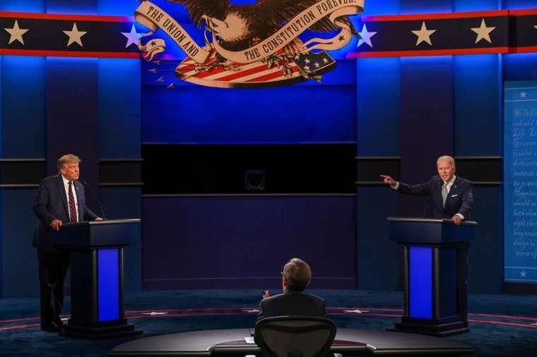 川普和拜登的講台相距約 8 英尺,符合 CDC 保持社交距離的 6 英尺要求 (圖片:AFP)