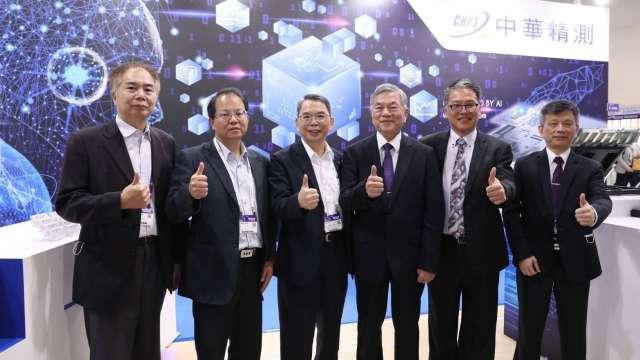右三為行政院副院長沈榮津、右四為精測董事長林國豐、右一為精測總經理黃水可。(圖:業者提供)