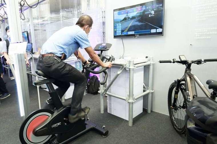 想提升自己的騎乘能力,不用到健身房,只要透過自行車中心研發的「自行車騎乘訓練暨情境互動系 統」,也能得到專業的訓練課程和數據指標。