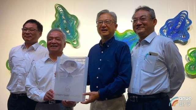 新纖董事長吳東昇(右2)率領總經理羅時銓(左2)等高階主管,出席新纖50週年慶記者會。(鉅亨網記者彭昱文攝)