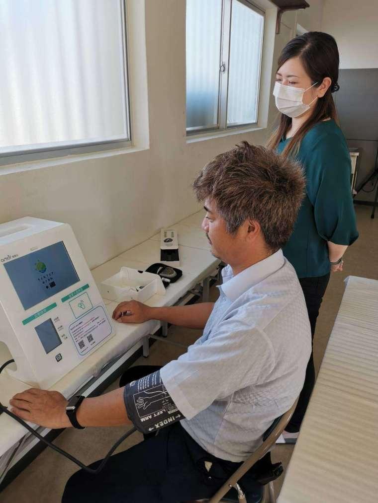 沖繩居民搶先體驗健康醫療站,透過智慧穿戴裝置,整合雲端系統,為打造當地遠距智慧