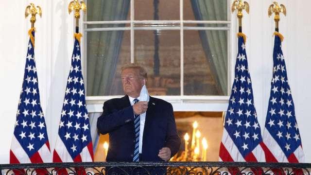 川普5日出院後返回白宮,並摘下口罩演說 (圖片:AFP)