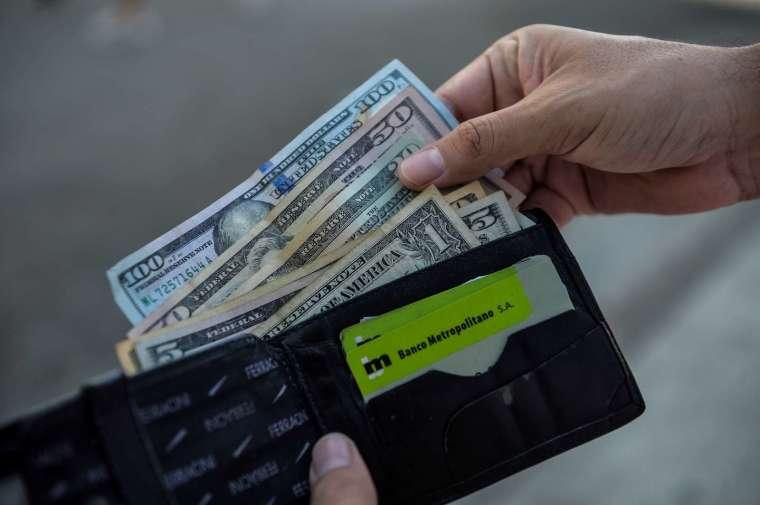 人們本能地認為現金是風險最低的資產 (圖片:AFP)