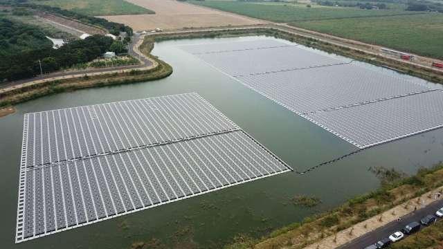 台康日能斥2億元打造 嘉縣滯洪池浮力式太陽光電廠啟用。(圖:嘉義縣府提供)
