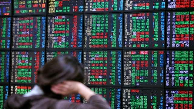 台股多空交戰望「三」興嘆 外資連7買 三大法人買超64億元。(圖:AFP)