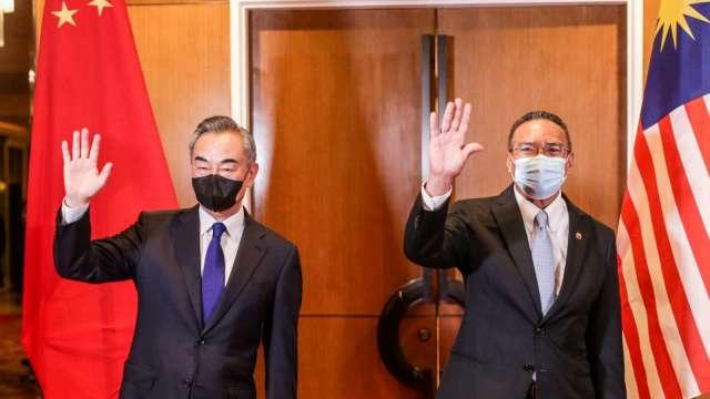 王毅:新冠病毒疫苗將優先供應大馬 (圖片:AFP)