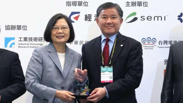 永豐銀行今(14)日獲經濟部能源局頒發「光鐸獎-優良金融服務獎」為五連霸。(圖:永豐銀行提供)