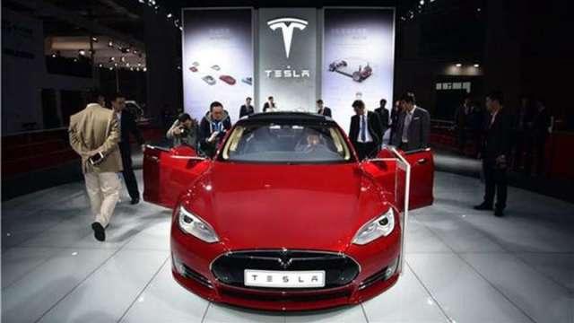 本週連二降! 馬斯克宣布美國Model S降價至69,420 美元(圖:AFP)