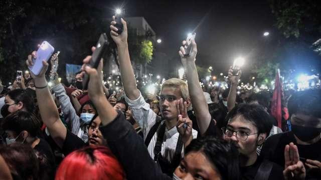 聚集在總理府外的泰國反政府示威民眾。 (圖:AFP)