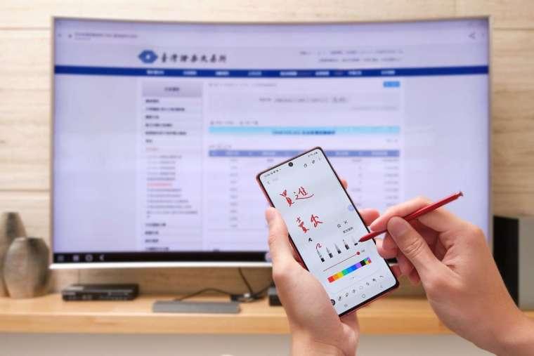 投資者可以一邊在智慧電視上連網查詢每日投信買賣超,一邊在手機上書寫筆記。