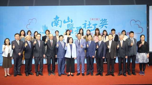 南山醫務社工獎感謝醫務社工付出與奉獻 為台灣帶來幸福力量。(圖:南山人壽提供)