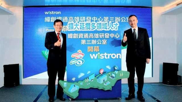 緯創資通運算產品事業群總經理林建良(右)、高雄市政府秘書長楊明州(左)。(圖:緯創資通提供)