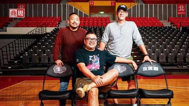 為了打造攻城獅球隊IP,悍創運動行銷創辦人張運智(右)與胡瓏智 (左),找來球評高景炎(中)擔任球隊總經理,擘畫新竹嘉年華藍圖。(圖:商周提供)