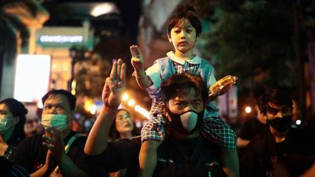 疫情期間引爆反政府示威 經濟學家:泰國經濟恐面臨「雙重打擊」(圖:AFP)
