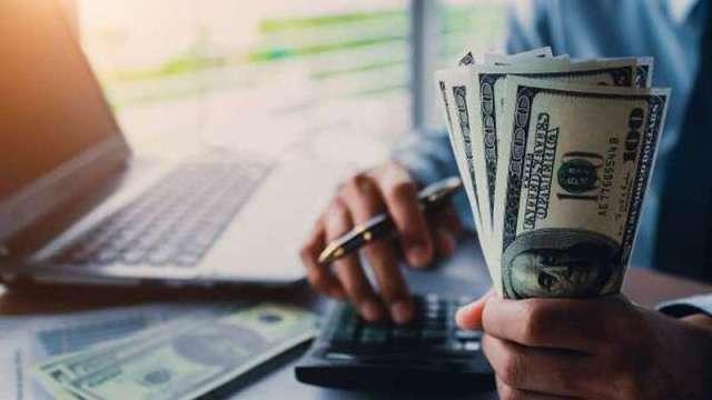 新台幣強升,海外基金勿輕言贖回,建議靠三招避免賺利差、賠匯差。(圖:shutterstock)