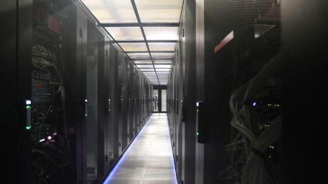 疫情帶動第二季資料中心對伺服器 DRAM 需求走強。(圖:AFP)