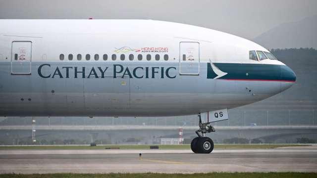 國泰航空預估明年航班運量只有疫情前的一半以下 (圖片:AFP)