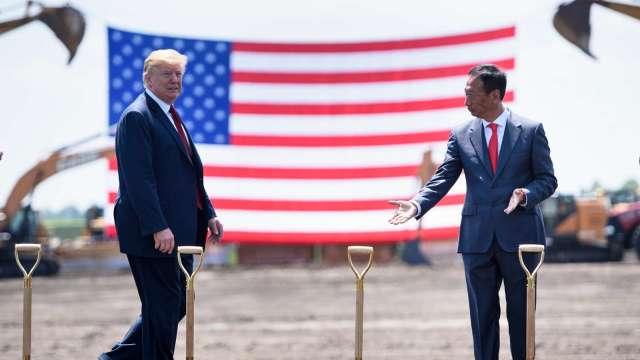 鴻海投資威州爭議,鴻海創辦人郭台銘(右)也相當重視,親自赴美並喊話力挺,也透露美國總統川普(左)過去建議投資威州的對話。(圖:AFP)
