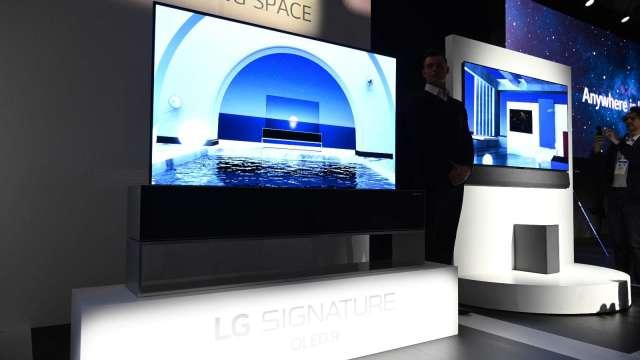 LG推出全球首款「可捲曲式電視」 售價昂貴(圖片:AFP)
