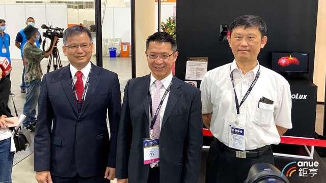 群創董事長洪進揚(中)、總經理楊柱祥(左)、執行副總丁景隆(右)。(鉅亨網記者劉韋廷攝)