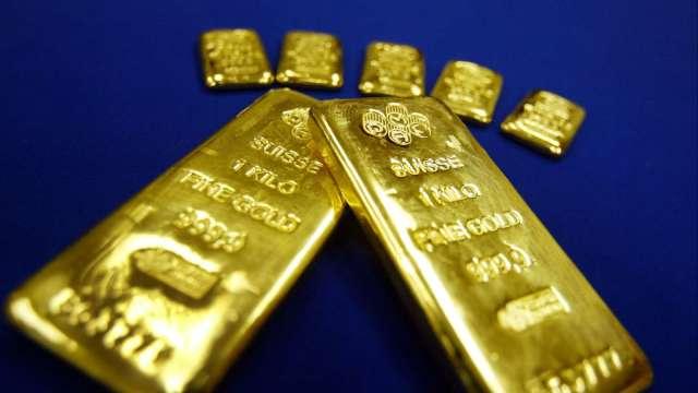 〈貴金屬盤後〉美元下跌 黃金連3漲 危機四伏下登1個月高點 (圖片:AFP)