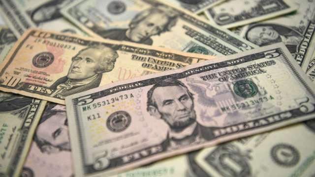 渣打銀行:美元恐將面臨大幅貶值 預估明年底前下跌35%(圖片:AFP)