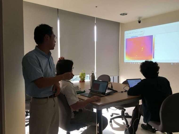 在開放空間討論實驗成果和論文寫作,是最能代表沈聖峰團隊的工作景象。圖中投影為埋葬蟲行動的熱像儀錄影。 攝影│張語辰