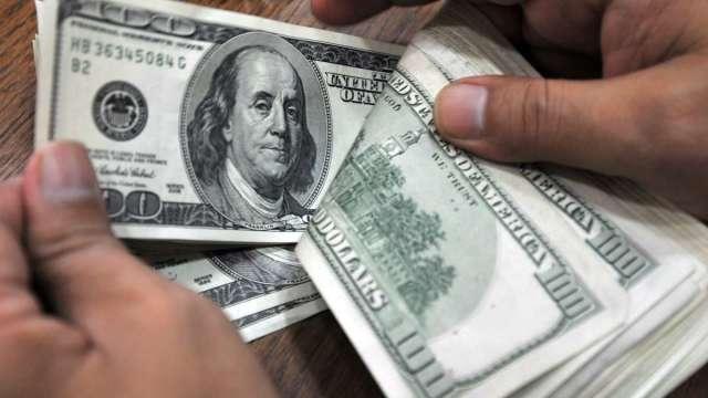 美單日確診飆升、市場消化刺激談判進展 美元震盪走低 一周貶1% (圖:AFP)