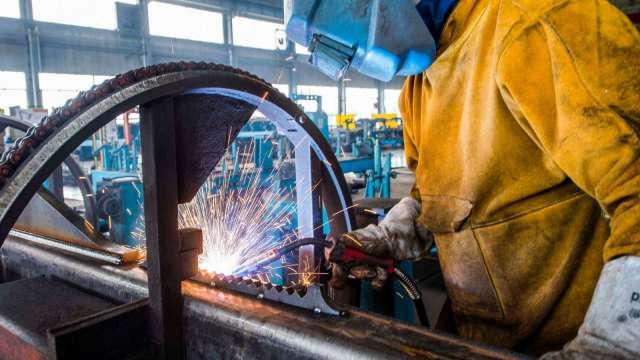 製造業景氣回溫 金屬機電工業無薪假人數單周驟降2成。(圖:AFP)