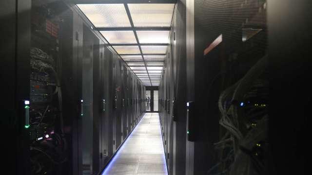 緯穎Q4動能回溫,明年雲端資料中心需求審慎樂觀。(圖:AFP)