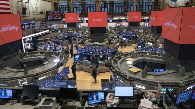 〈美股盤後〉VIX衝高!景氣金絲雀報憂 道瓊下滑逾200點 (圖片:AFP)