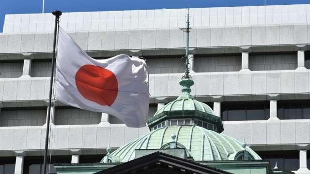 日本央行維持既定利率政策 2020年度GDP中數報-5.5% (圖片:AFP)