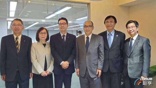 陽明經營團隊,右3為新任董事長鄭貞茂。(鉅亨網記者王莞甯攝)