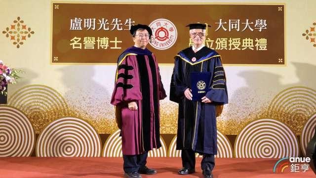 左至右為大同大學校長何明果、朋程董事長盧明光。(鉅亨網記者魏志豪攝)
