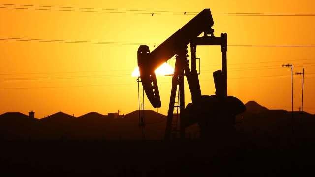 〈能源盤後〉美歐疫情加劇 威脅需求前景 原油跌至5個月低點 WTI原油本月挫11%(圖片:AFP)