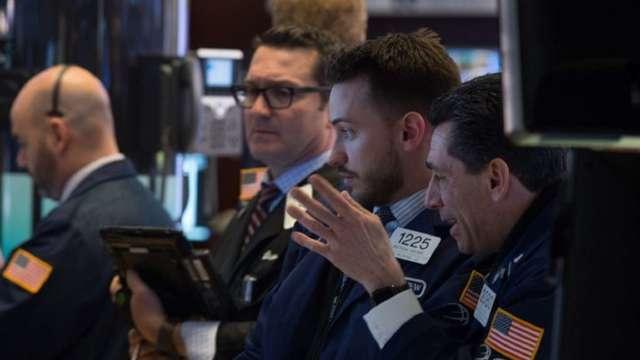美股大選前大跌 投機者多頭押注卻創下近2年。(圖:AFP)