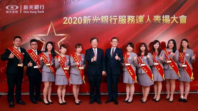 由 (左6起) 新光銀行李增昌董事長、謝長融總經理與 2020 年新光銀行十大最佳服務達人合影留念。(圖:新光銀提供)