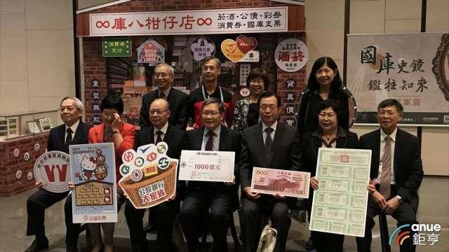 財政部長蘇建榮(前排中間)今天出席國庫署檔案展活動。(鉅亨網記者郭幸宜攝)