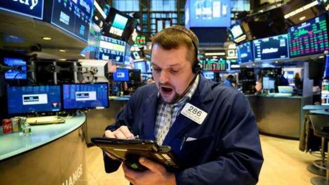 美股近期下修該搶進?美「內部人」掃貨量大減引發市場多頭熱議(圖:AFP)