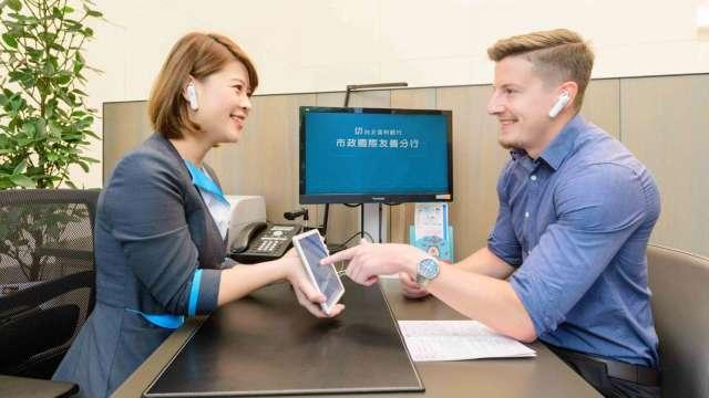 北富銀國際友善分行支持逾40種語言 明年全面導入雙語服務。(圖:台北富邦銀行提供)