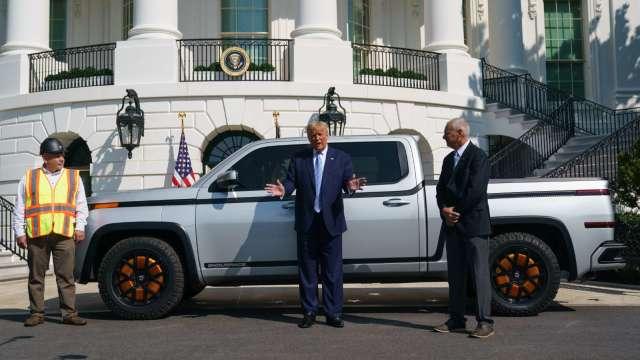 川普在白宮前與Lordstown執行長對話(圖片:AFP)