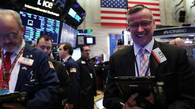 選情未定為何股市大漲? 華爾街多頭:投資人看重稅改更甚刺激 (圖:AFP)
