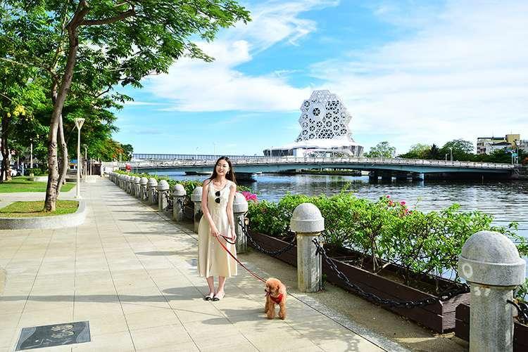 (漫步舒適的河畔左岸林蔭廊道,讓生活更加優雅。圖 / 興富發提供)